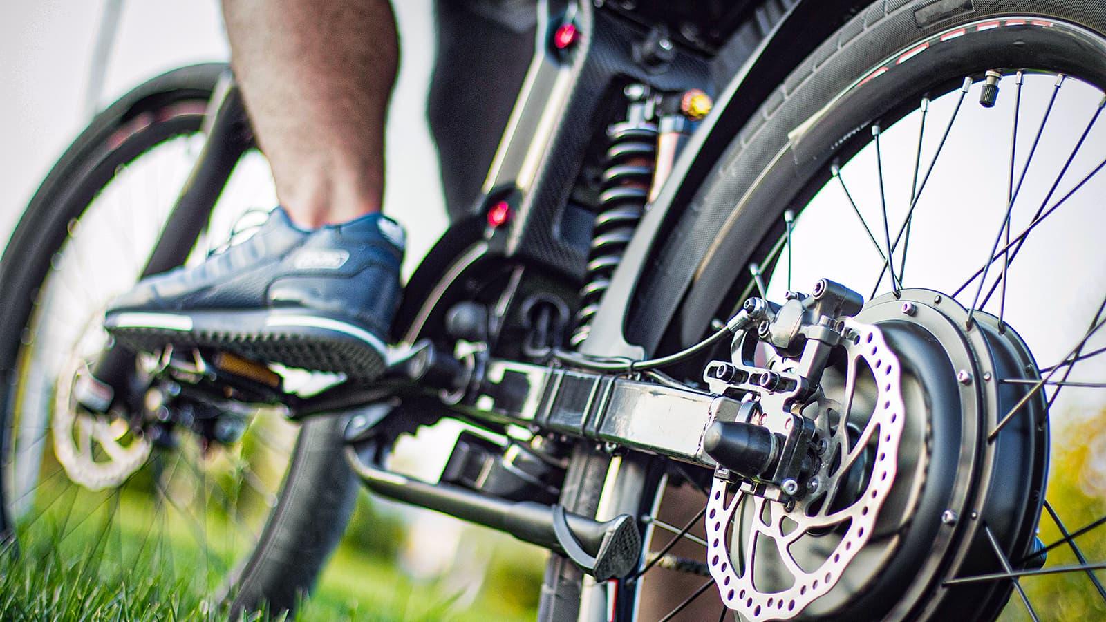 Wstyd jeździć rowerem elektrycznym? A gdzie tam, e-rower może nam pomóc