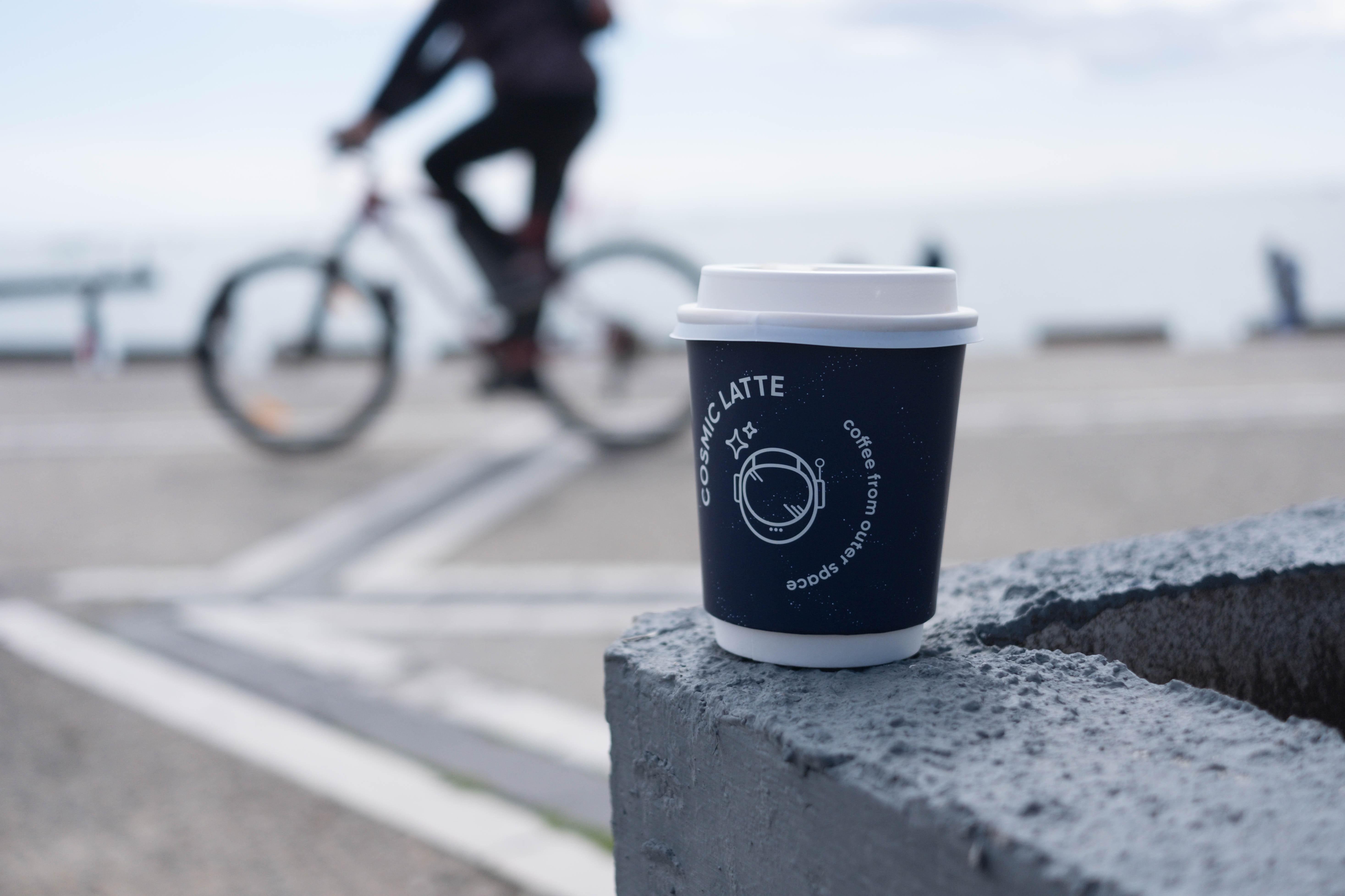 """Kawa i rower - duet nierozłączny. Dlaczego kolarze uwielbiają """"małą czarną""""?"""
