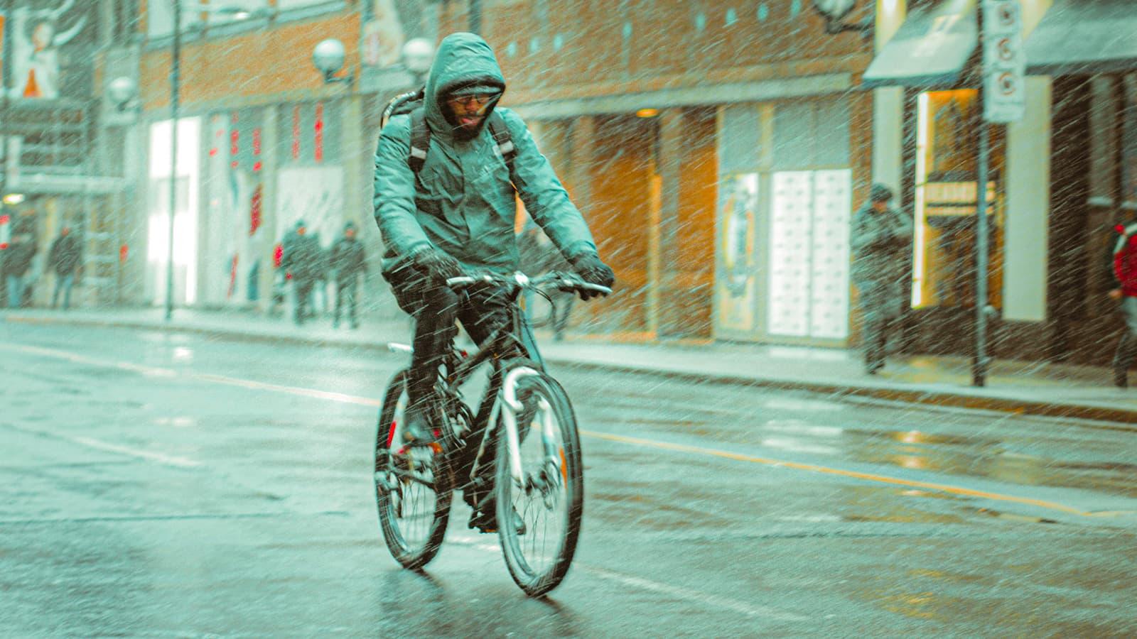 Nie jesteśmy z cukru, czyli jak bezpiecznie jeździć rowerem w deszczu