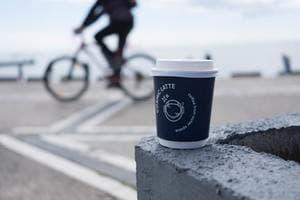 """Kawa i rower - duet nierozłączny. Dlaczego kolarze uwielbiają """"małą..."""